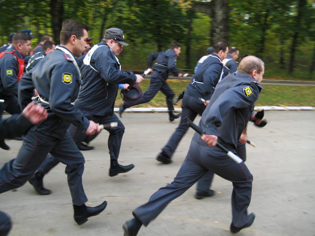 Убегать, бежать, бегать от полиции снится к тому, что вы совершите в будущем неблаговидный поступок, о котором придется горько пожалеть.